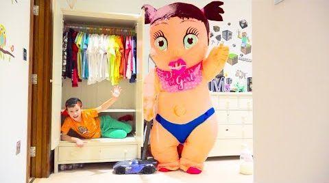 Видео Макс играет в прятки с Гигантской куклой