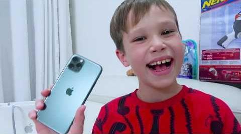 Видео Макс купил себе iPhone 11 Pro в Алфавит Челлендж не достав букву i