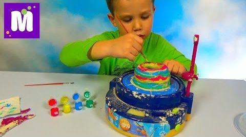 Видео Макс лепит чашу на гончарном круге и красит красками