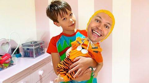 Видео Макс нашёл куклу и занимается её как родитель