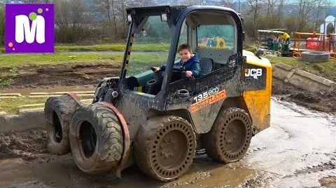 Видео Макс в 6 лет водит экскаватор / Летаем в ковше в Diggerland Англия