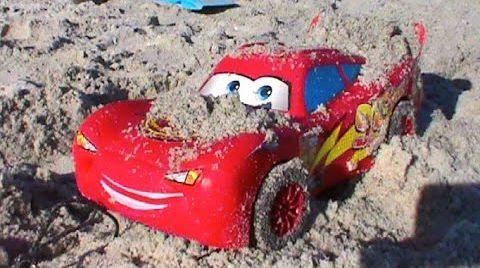 Видео Маквин Молния на берегу в песке и в море Lightning McQueen