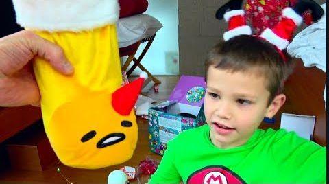 Видео Мои Сингапурские подарки под ЕЛКОЙ / Видеонаблюдение засняло Деда Мороза в нашем Лондонском доме