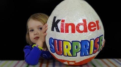 Видео Огромное яйцо Kinder Surprise/ обзор игрушек