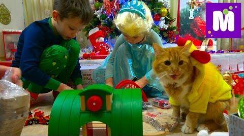 Видео Подарки для Макса на Новый Год 2017 / Кошечка Мурочка в костюме курочки / Подарочки в носках
