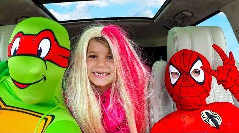 Видео Супергерои и собачка Гуччи танцуют в машине