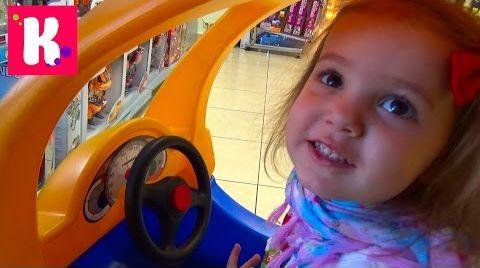 Видео Влог магазин игрушек. Смотрим куклы, покупаем пони. Играем на детской площадке