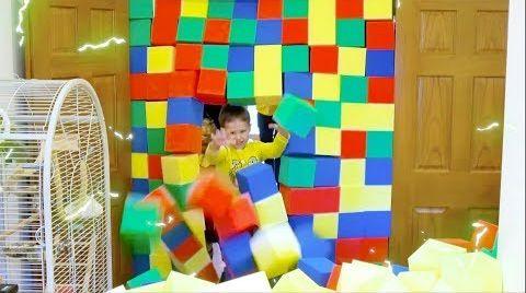 Видео Засыпали всю комнату цветными кубиками